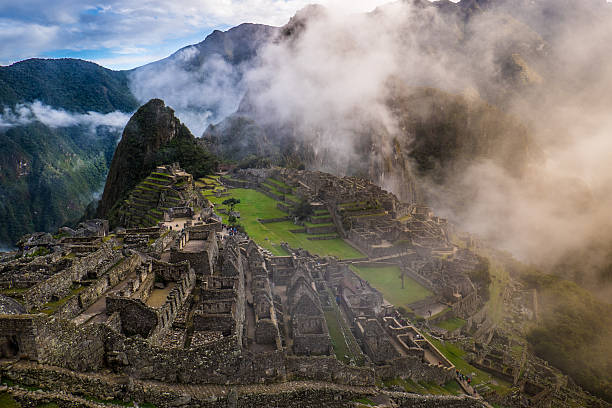 machu picchu at sunrise and clouds - goldenes zeitalter stock-fotos und bilder