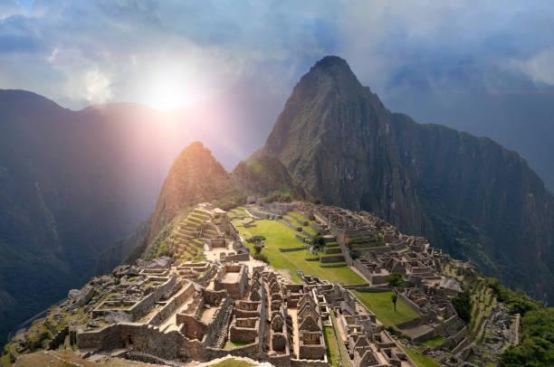 太陽の光の下でマチュピチュ - インカ ストックフォトと画像