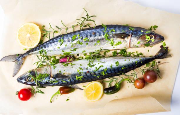 makrele fisch mit zutaten auf backpapier - silberzwiebeln stock-fotos und bilder