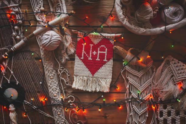 Makramee und Weihnachten Kranz auf einem Holztisch. Zum Selbermachen. Liebe und Herz. Ansicht von oben. – Foto