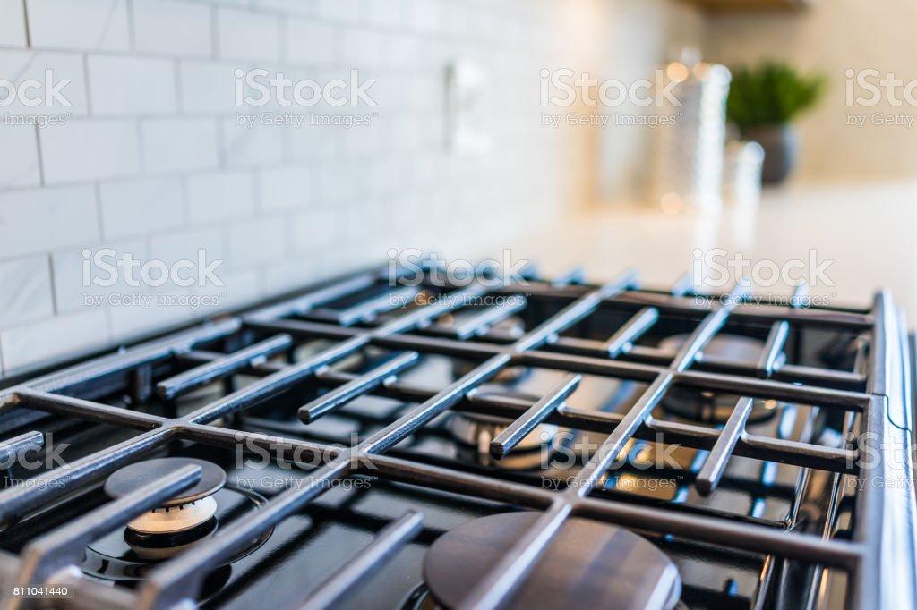 Closeup macro de novo e moderno fogão na bancada da cozinha - foto de acervo