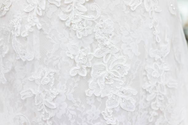 makro nahaufnahme spitze hochzeit kleid schleier material, weißen gewand textil mit glänzenden strasssteinen design - tüllkleid stock-fotos und bilder