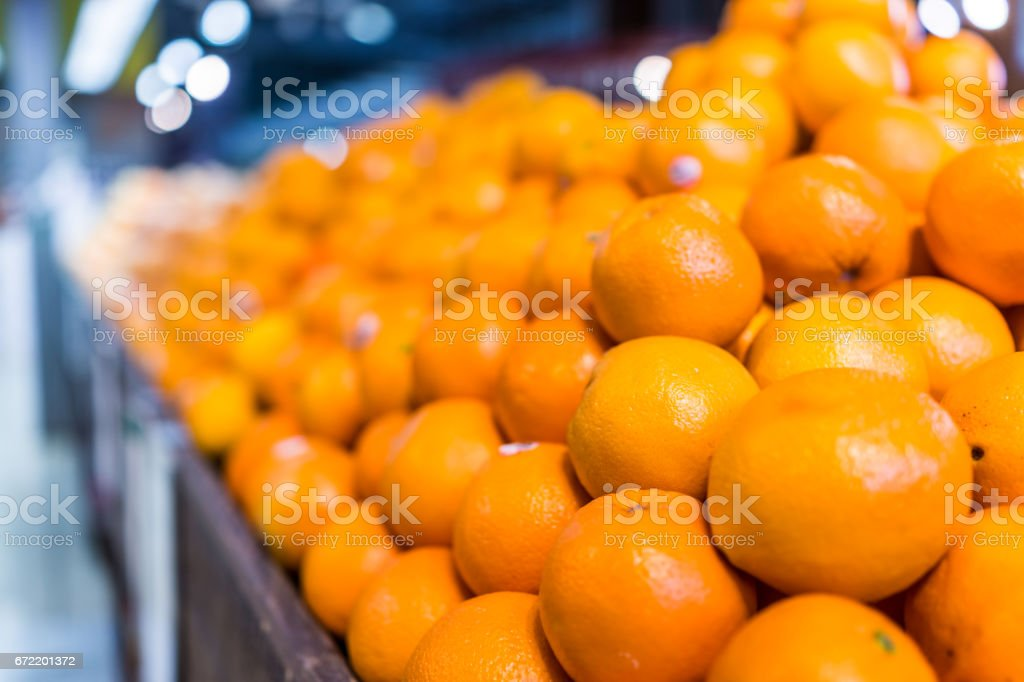 Closeup macro de muitas laranjas na pilha em exposição na loja foto royalty-free