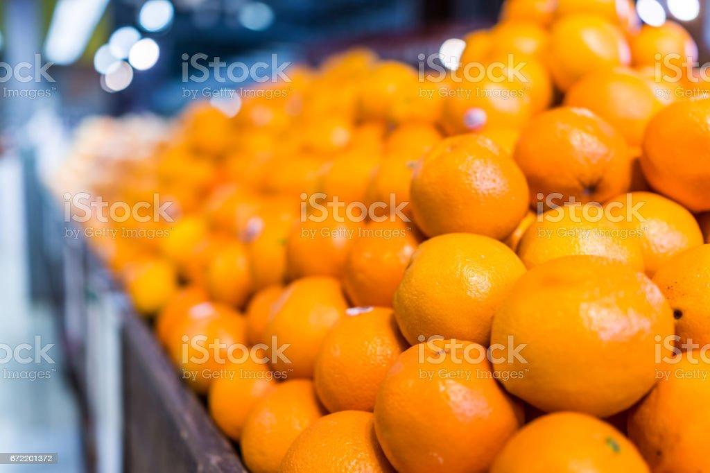 Closeup macro de muitas laranjas na pilha em exposição na loja - foto de acervo