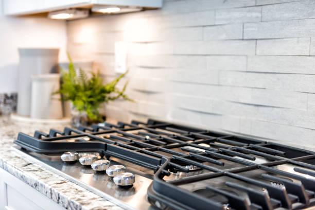 gros plan macro de gaz de luxe moderne poêle dessus avec dosseret en mosaïque - cuisinière photos et images de collection