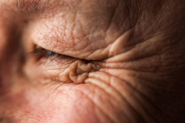 macro close-up smiling eye with wrinkles - primissimo piano foto e immagini stock
