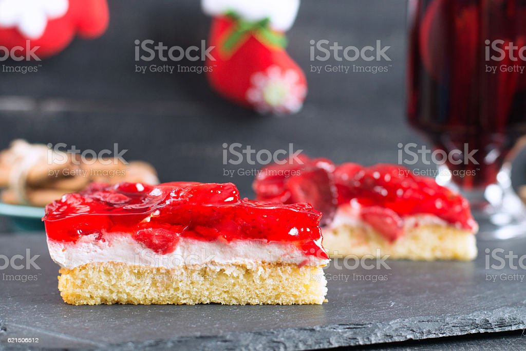 Macro illustration of strawberry pie on the christmas background. foto stock royalty-free