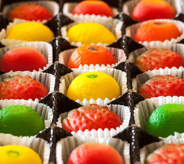 makro bild von marzipan obst und süßigkeiten - apfel marzipan kuchen stock-fotos und bilder