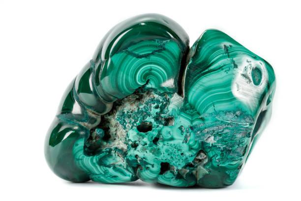 macro malachiet minerale steen op witte achtergrond - malachiet stockfoto's en -beelden