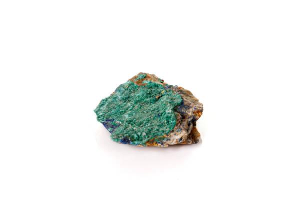 macro minerale steen malachiet en azuriet tegen witte achtergrond - malachiet stockfoto's en -beelden