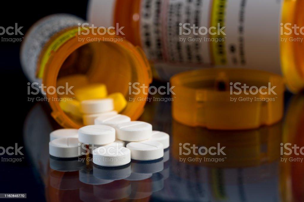 어두운 배경에 대한 처방병옥시코돈 오피오이드 정제의 매크로 - 로열티 프리 Oxycodone 스톡 사진