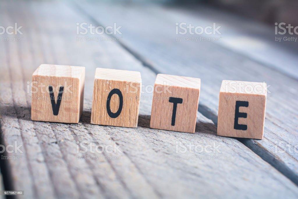 Makro der Wort stimmen gebildet durch hölzerne Blöcke auf einem Holzfußboden – Foto
