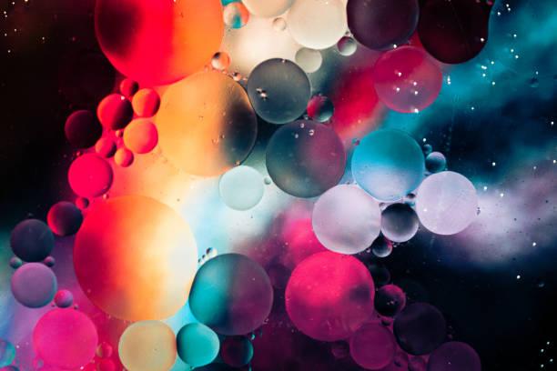 macro olie en water multi gekleurde abstracte achtergrond - bel vloeistof stockfoto's en -beelden