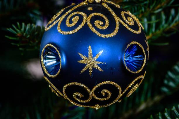Makroaufnahme einer blauen Kugel geformt Ornament auf einem Weihnachtsbaum – Foto