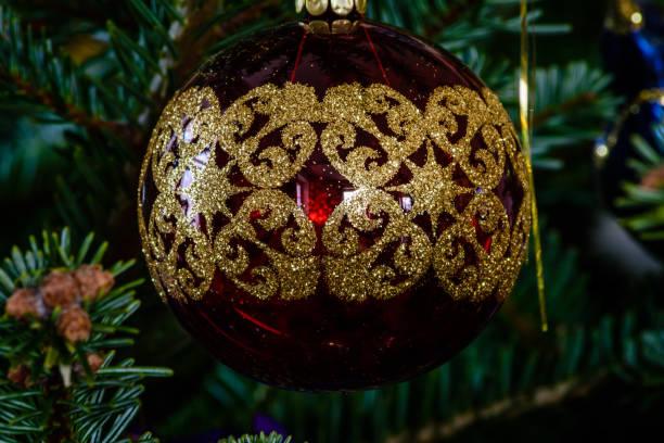 Makroaufnahme einer roten Kugel geformt Ornament auf einem Weihnachtsbaum – Foto