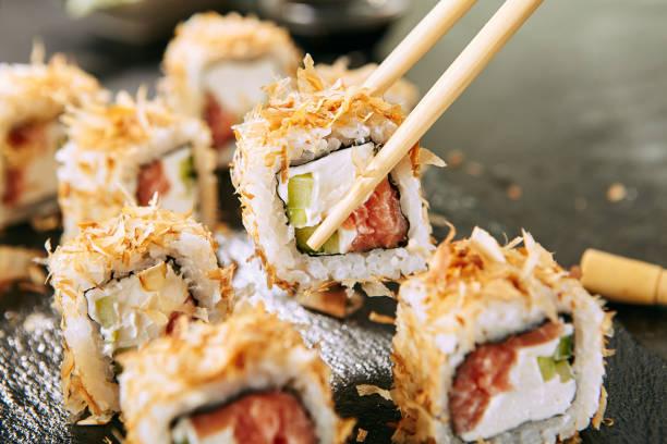 Makro-Schuss des Essens Katsuobushi Uramaki Sushi Brötchen in Restaurant Closeup – Foto