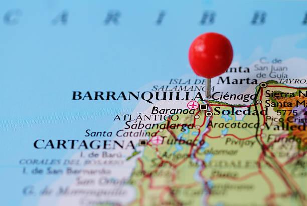 makro schuss von push-pin auf der karte von barranquilla in kolumbien - krawattennadel stock-fotos und bilder