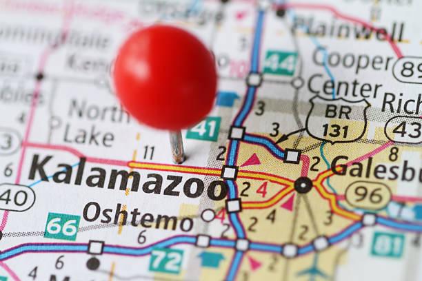 makro schuss von push-pin auf der karte von kalamazoo, michigan - krawattennadel stock-fotos und bilder