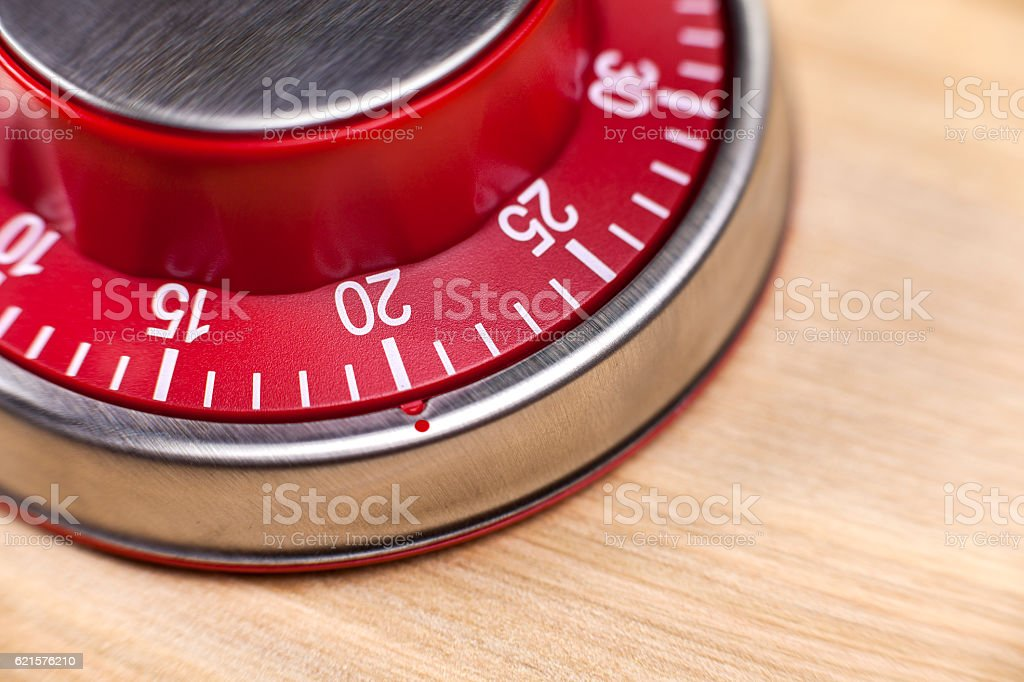 Macro view of a red kitchen timer showing 20 minutes photo libre de droits