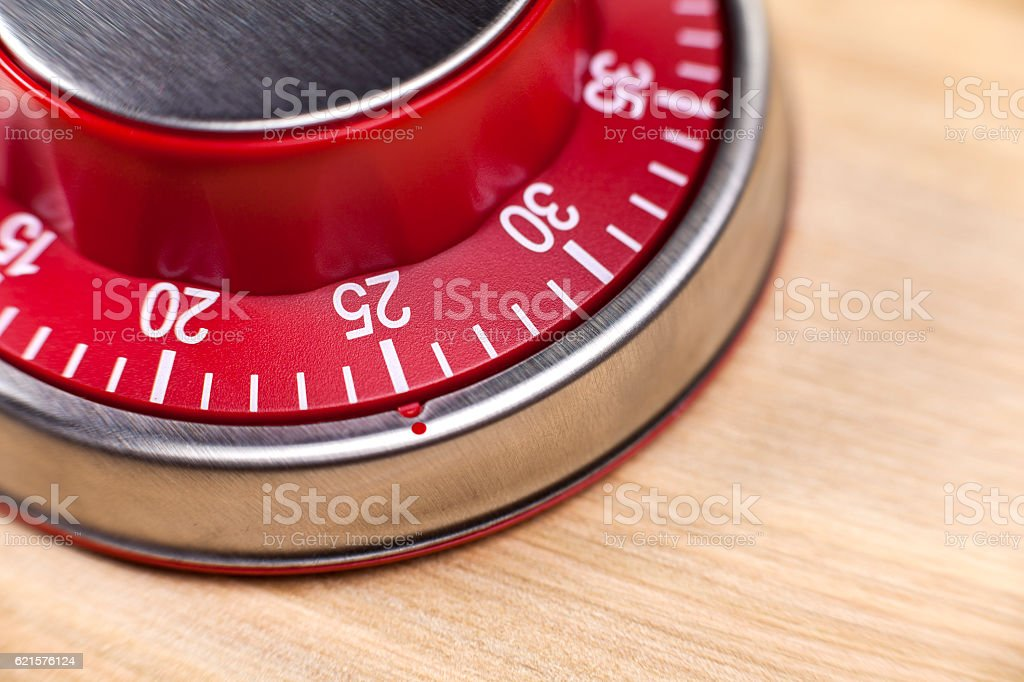 Macro view of a red kitchen timer showing 25 minutes photo libre de droits