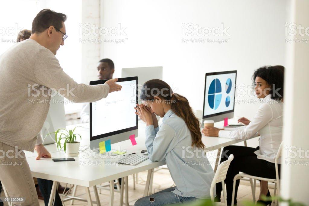 Jefe de medio loco dando joven empleada en la oficina - Foto de stock de Adolescente libre de derechos