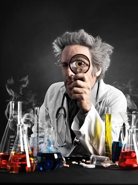 mad professor blick durchs magnifyer - erfinder der fotografie stock-fotos und bilder