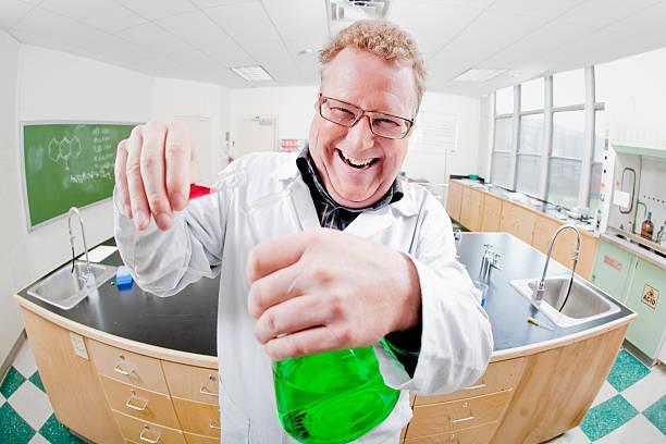 verrückter wissenschaftler - versuche nicht zu lachen stock-fotos und bilder