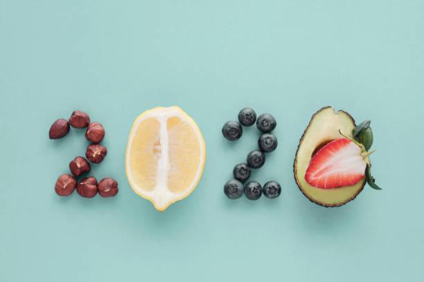 2020 aus gesunder Ernährung auf blauem Pastell-Hintergrund, Healhty Neujahrs-Entschließung Diät und Lebensstil – Foto