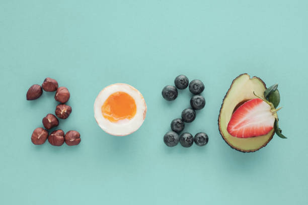2020 aus gesunder Ernährung auf pastellblauem Hintergrund, Gesunde Neujahrs-Entschließung Diät und Lebensstil – Foto