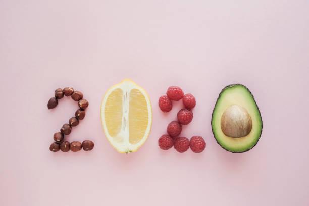 2020 aus gesunder ernährung auf pastell rosa hintergrund, healhty neujahr auflösung diät und lebensstil - 2020 stock-fotos und bilder