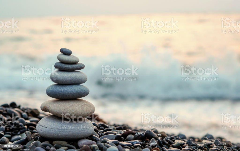 der Steinturm auf den Strand und Unschärfe Hintergrund gemacht – Foto