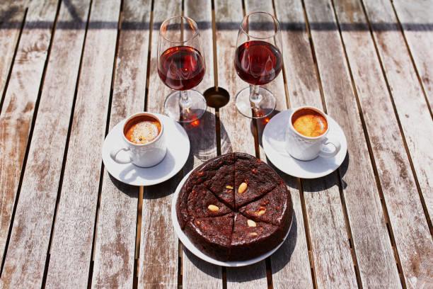 madeira-wein, kaffee und kuchen der traditionellen portugiesischen hohey - portugiesische desserts stock-fotos und bilder