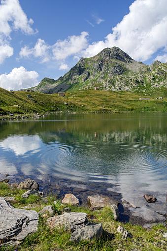 Madesimo Sondrio August 8 2019 Lake Emet An Alpine Lake Roughly Circular With Diameter Of 300 M Has Several Small Tributaries — стоковые фотографии и другие картинки Без людей
