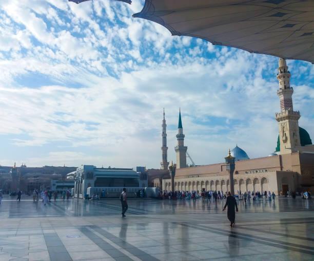 madinah, arabie saoudite mars 2019, musulmans à la place de la mosquée du prophète muhammad à madinah al-munawarrah. la mosquée est l'un des endroits les plus saints pour les musulmans. - omra photos et images de collection