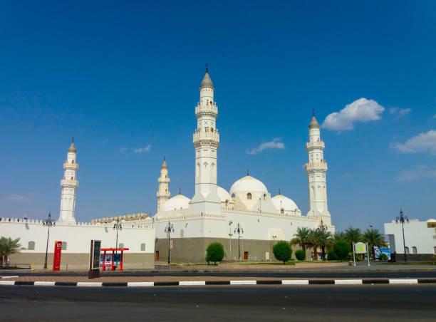 madinah, arabie saoudite mars 2019, mosquée qiblatain, l'une des plus populaires mosquée de médine, en arabie saoudite. pèlerin viennent habituellement à la mosquée pendant le hajj ou l'umra - omra photos et images de collection