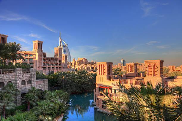 madinat jumeirah resort, skyline von dubai arabic style - jumeirah stock-fotos und bilder