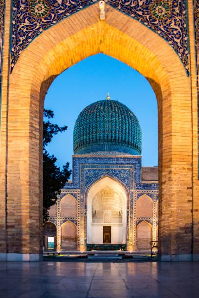 madrassa in samarkand, oezbekistan - oezbekistan stockfoto's en -beelden