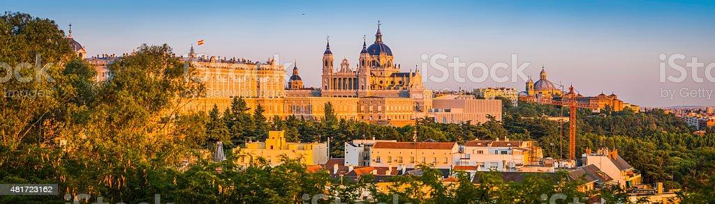 Madrid Almundena Kathedrale und der Palacio Real Sonnenuntergang Skyline panorama Spanien – Foto