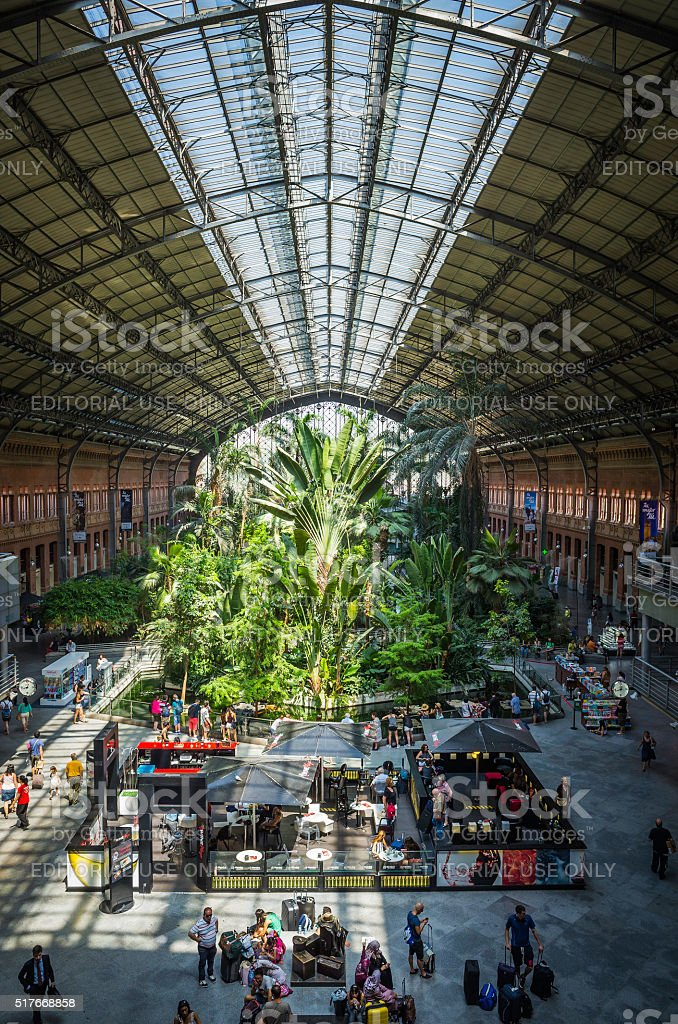 Madrid la estación de tren Atocha agitado de Concurso verde jardín tropical España - foto de stock