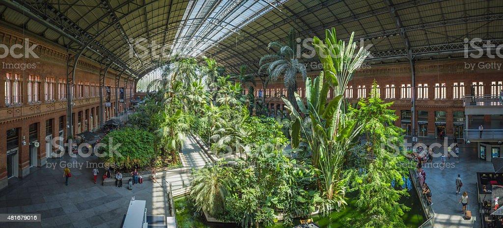 Madrid la estación de tren Atocha viajeros jardín interior plaza de españa panorama - foto de stock