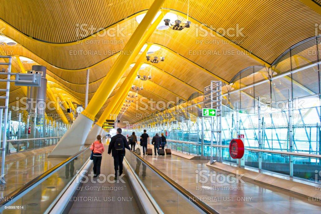 MADRID, Espagne - 16 février 2013: Aéroport de Madrid Barajas, principal aéroport international de la capitale de l'Espagne de Madrid. Personnes inconnues à l'aéroport. - Photo