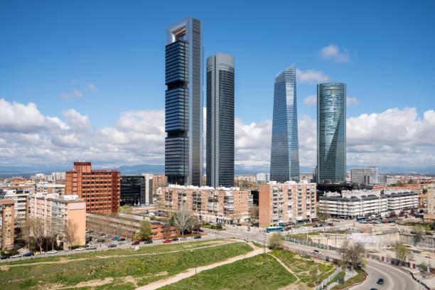Madrid Stadtbild tagsüber. Landschaft von Madrid Geschäftshaus in vier Tower. Modernen Hochhaus im Geschäftsviertel in Spanien. – Foto