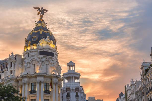 グランビア黄昏サンセット、スペイン中のトラフィックの光で主要なショッピング街のダウンタウン マドリード。 - マドリード グランヴィア通り ストックフォトと画像