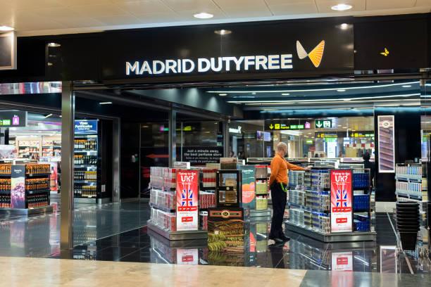 madrid duty free - cigarettes in duty free foto e immagini stock