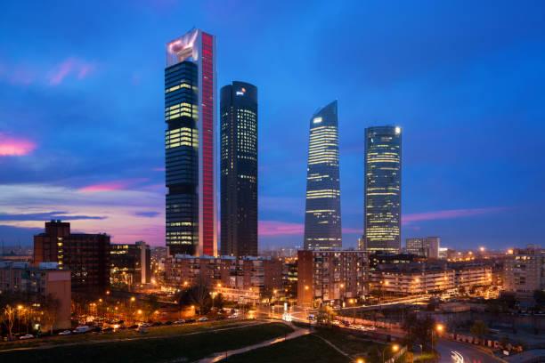 Madrid vier Türme Finanzviertel Skyline in der Abenddämmerung in Madrid, Spanien. – Foto