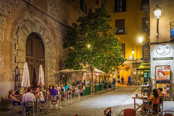 madrid entspannten restaurant im freien, bars warmen nacht, spanien - fußgängerzone stock-fotos und bilder