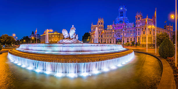 マドリッドシベーレス広場噴水パラシオド comunicaciones 照明付きスペイン - マドリード グランヴィア通り ストックフォトと画像