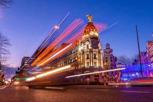 Madrid España En Hermosa Puesta De Sol Con Luces De Coches Foto de stock y más banco de imágenes de Actividad móvil general