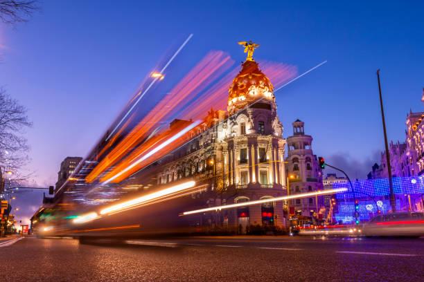 車のライトと美しい夕日にマドリード、スペイン - マドリード グランヴィア通り ストックフォトと画像