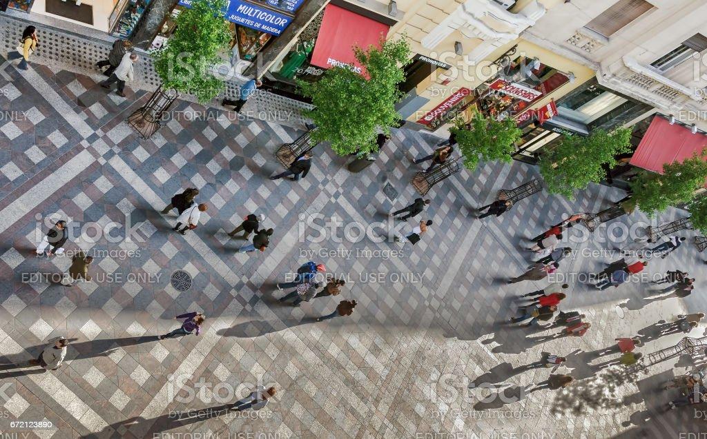 Madrid, España. De mayo de 2010. Gente camina a lo largo de la calle peatonal céntrica de Madrid; vista de ángulo alto - Foto de stock de Actividad de fin de semana libre de derechos